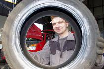 Mechanik Miroslav Hanzlíček při výměně kol. Nejdůležitější je podle jeho slov dofoukat pneumatiky na správný tlak.