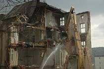 Blok historických činžovních domů z roku 1911 v Mendělejevově ulici jde k zemi.