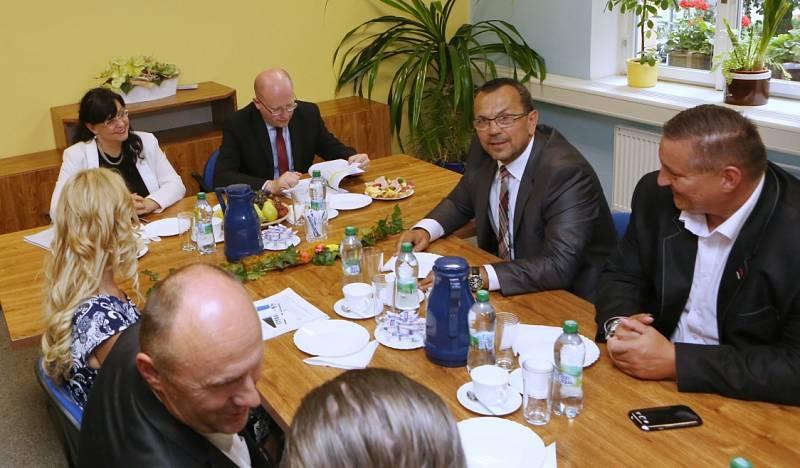 Na radnici v Neštěmicích přivítali premiéra Bohuslava Sobotku (ČSSD) a ministryni práce a sociálních věcí Michaelou Marksovou (ČSSD).