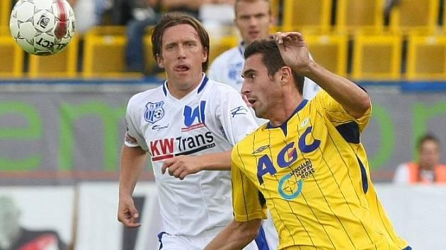 Michal Doležal (vlevo) v zápase proti donedávna svým Teplicím.
