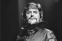 Na snímku je Rudolf Jedlička v roli Alonsa v inscenaci opery Bouře od Zdeňka Fibicha.