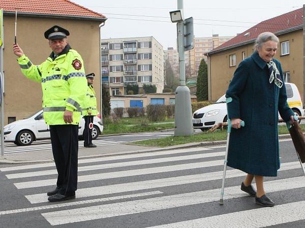 Přechod smrti hlídají městští strážníci.