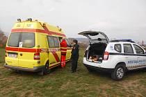 Ženu převezla zdravotní záchranná služba do nemocnice na vyšetření