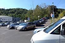 Parkující auta kolem plaveckého areálu na Klíši připravují místním lidem peklo na Zemi.