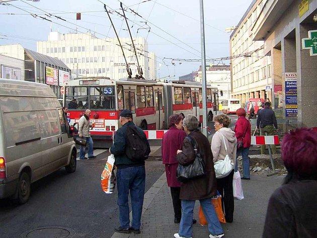 Problémy s dopravou v centru vyvolává výkop na rušné ústecké křižovatce.