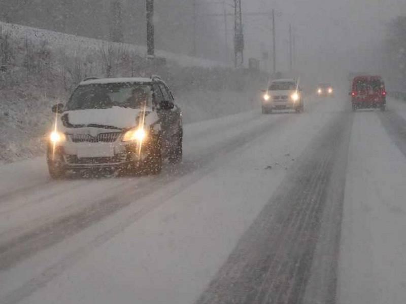 Sněhová nadílka komplikovala dopravu.