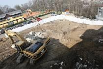 Dělníci už v místě budoucího hotelu začali kopat.