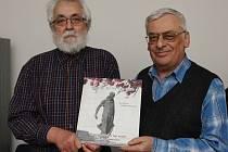 Autoři publikace Kdo se to na nás dívá! Pavel Rýva (vpravo) a Oldřich Doskočil se svou knihou, jejíž křest se uskutečnil ve čtvrtek 6. června na Hradě v Litoměřicích.