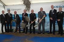 Špičky koncernu KSPG spolu s chabařovickým starostou Josefem Kusebauchem zahájili stavbu nového, již třetího závodu společnosti na Ústecku.
