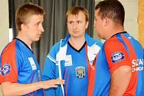 Dvojice Jan Tirpák (vlevo) a Alexandr Rypka (vpravo) se radí s kapitánem týmu Davidem Tirpákem.