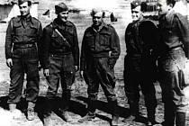 Bedřich Reicin první zprava na válečné fotografii.