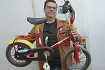 Místostarosta centrálního obvodu Karel Karika ukazuje ztracené kolo a dýky, které budou tři roky čekat na dražbu.