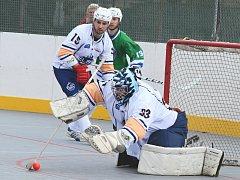 Ústečtí hokejbalisté (bílé dresy) doma rozstříleli Plzeň 6:1.