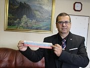 Místostarosta Ústí n. L. Karel Karika dal muzeu památeční stuhu od Masaryka.