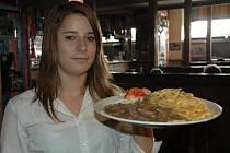 Pikantní játra návštěvníky restaurace Sport Pub Zlatopramen lákala. Učenka oboru servírka Kristýna Vybíralová je nestačila návštěvníkům nosit.