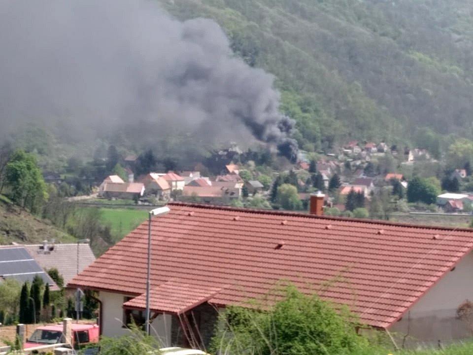 Výbuch a následný požár v Malém Březně vyfotografoval ze sousedních Povrlů Pavel Miškolci