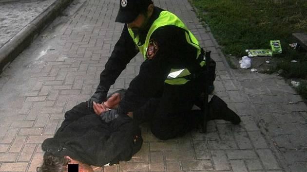 Strážníci zpacifikovali agresivního opilce.
