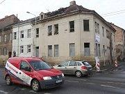 Zchátralý dům v Předlicích ohrožuje dopravu i chodce.