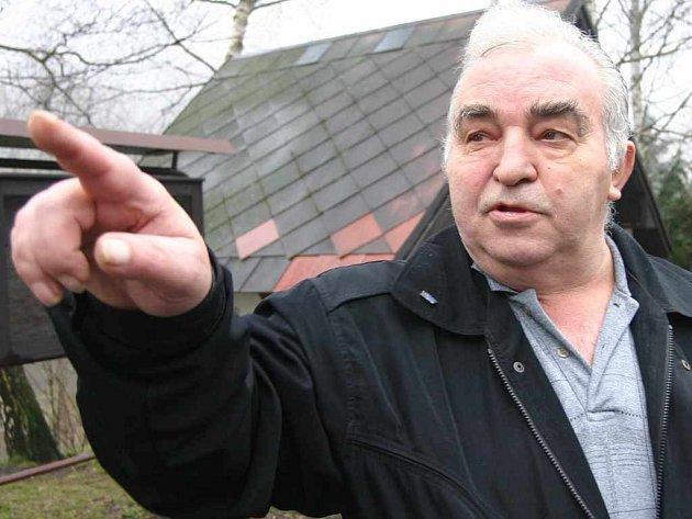 Důchodce Antonín Horký z Ryjic je bývalým dlouholetým pracovníkem neštěmického Tonasa a pamatuje si i na někdejší výsypku u Radešína, kam z Neštěmic vedla speciální lanovka