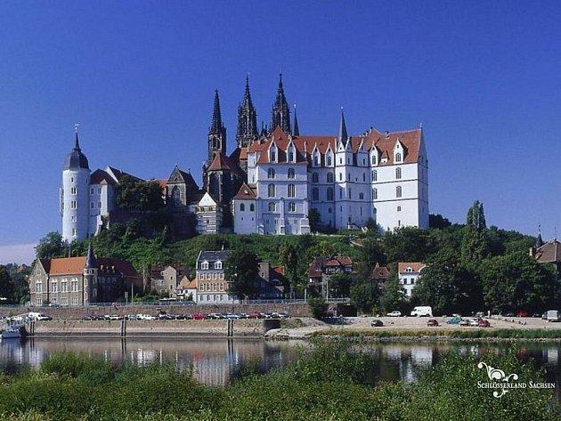 Na místě původního gotického hradního paláce byl posléze postaven gotický zámek.