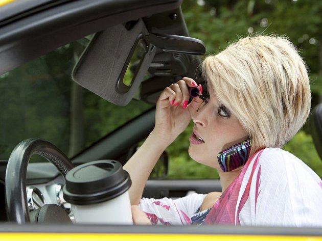 Za volantem se mnozí řidiči věnují všem možným aktivitám. Ilustrační foto.