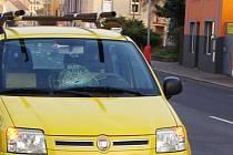 Bruslaře srazil řidič fiatu. Hocha museli záchranáři převézt do nemocnice.