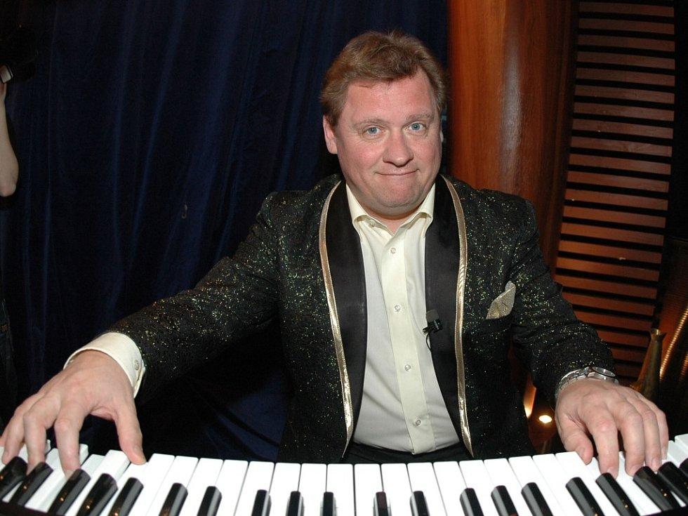 Václav Kopta u klavíru.