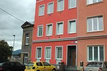 AmULet sídlí v domě, který spoluvlastní radní Pavel Dlouhý. Zvonek nebo schránku tu spolek ale nemá.