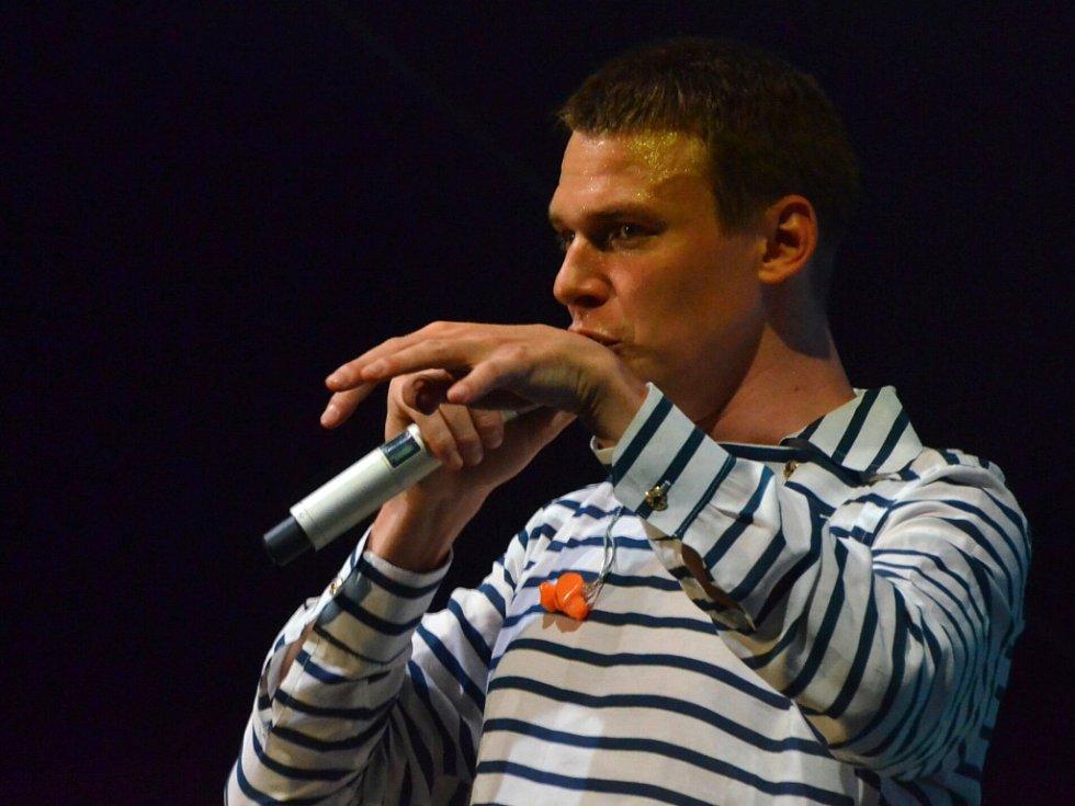 Vojtěch Dyk se v Ústí ukázal jako elegán, skvělý citlivý zpěvák i vtipálek.