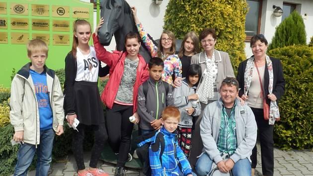 Děti z domova na Severní Terase s předsedkyní ČSÚ Ivou Ritschelovou a s ředitelkou domova Alenou Novotnou na mosteckém Hipodromu.