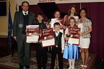 Skvěle se na prestižní mezinárodní soutěži umístili i žáci i děti Renaty Fričové (1. zprava), dcera Renata (nahoře uprostřed) a syn Roman (2. zleva). Deník