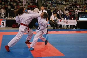 Lenka Kovářová ze Sport Unionu (vpravo) zasazuje vítězný úder.
