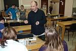 Peter Žilavý z katedry didaktiky fyziky na MFF UK v Praze předvádí pedagogům pokusy s unikátní učební pomůckou.