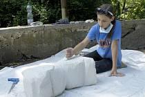 Žáci ZUŠ Evy Randové tvořili v Letním kině na sochařském sympoziu s ústeckým sdružením výtvarníků Rolous.