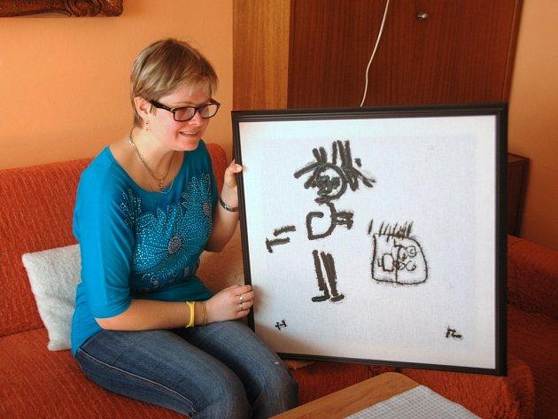 Malířka Iva Zuchová.  Autorka doma v Lovosicích se svým obrazem.