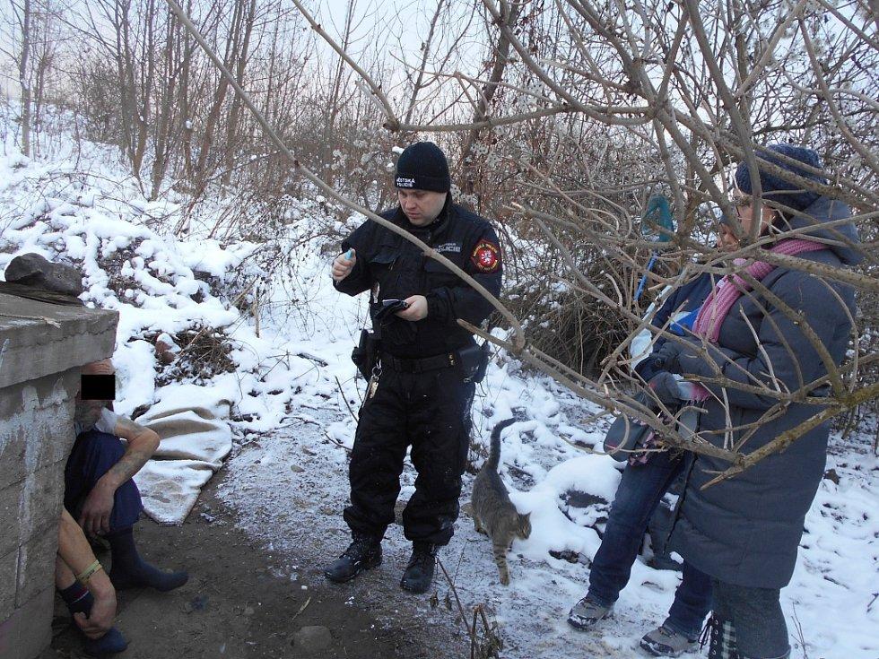 Strážníci městské policie ve spolupráci s pracovníky charity při kontrole bezdomovců