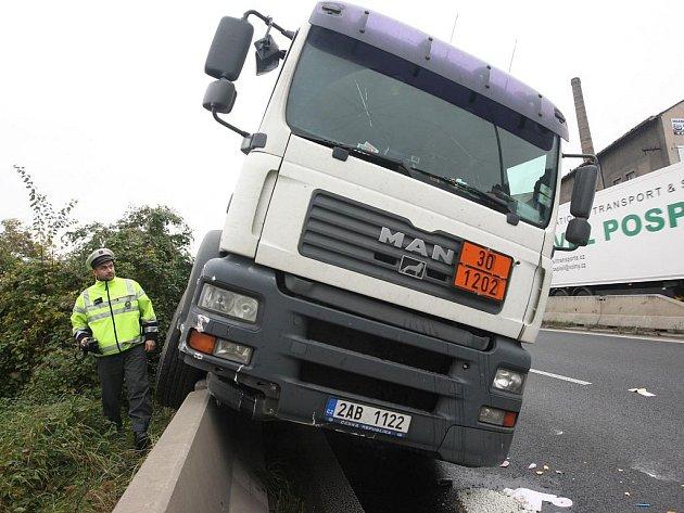 Řidič kamionu se v Žižkově ulici údajně lekl a strhl řízení.
