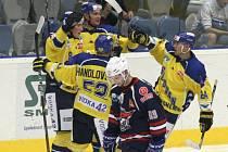Jen jeden z týmů se bude po finálové sérii první hokejové ligy radovat. Ústečtí fanoušci si přejí, aby to byli Lvi, kteří v loňské sérii smetli Chomutov 4:0 na zápasy.