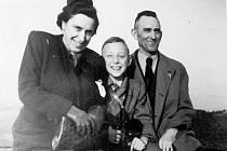 Rodina. Bezejmenná, odkudsi z ústeckého okresu. Náhodně zachovaná fotografie německé rodiny pořízená pravděpodobně ještě před začátkem války. Byla nalezena ve věcech jednoho z několika tisíc internovaných Němců na Ústecku.