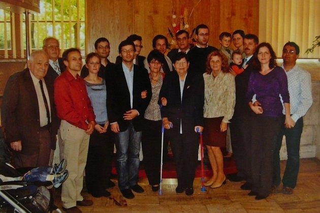 Cecilia Kleinová (uprostřed) srodinou a přáteli.