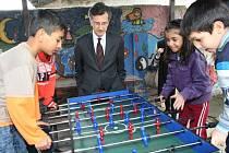 Francouzský velvyslanec Jean-Pierre Asvazadourian se v centru Člověka v tísni zajímal, jak pracují s mladými Romy.