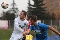 Fotbalisté Army (vpravo Peterka) před týdnem prohráli v Karviné 0:1. V neděli hrají v Hradci Králové.