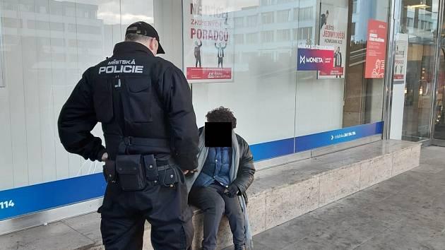 Strážníci vykázali bezdomovce od restaurace Slovanka