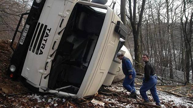 Havarovaná Tatra po pádu z únikového pruhu v Telnici
