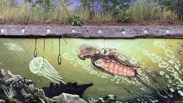 Stěnu zdobí želvy a další mořští živočichové.