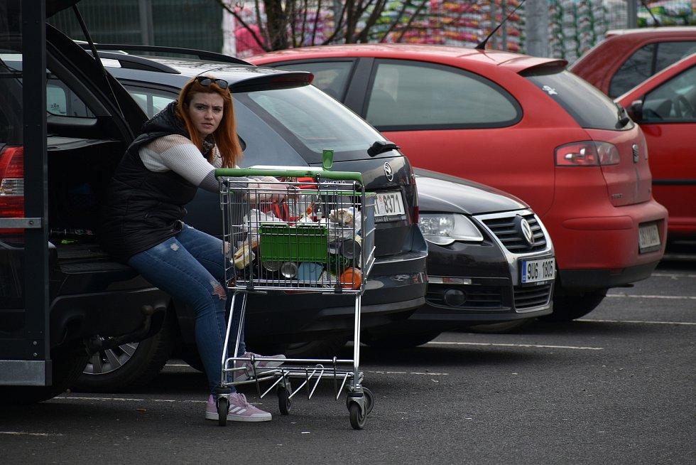První dubnový den vyrazili lidé z Ústí nad Labem v hojném počtu za nákupy. Důvodem byl páteční a pondělní svátek, kdy budou zavřené veškeré obchody. Žádané byly potraviny a potřeby pro zahrádkáře a kutily.