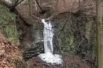 Zima zahalila Budovský vodopád do ledu.
