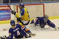 První letošní derby zvládli lépe hráči Litoměřic (modré dresy), když doma Lvy přehráli 4:3 v prodloužení.