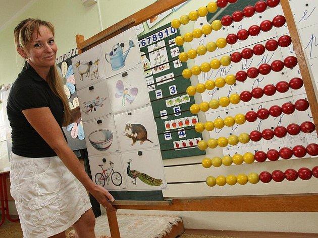 Martina Petýrková, učitelka první třidy, chystá školní pomůcky pro prvňáky.