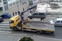 Vozidlo společnosti Kappa tento týden odtáhlo i automobil, který parkoval příliš blízko  přechodu ke krajskému úřadu v centru města.